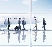 走在机场的商人 免版税库存图片
