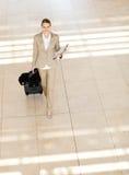 走在机场的女实业家 免版税库存图片