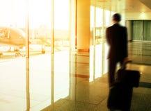 走在机场终端的商人和旅行的行李 库存图片