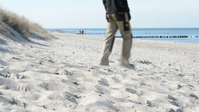走在村庄阿伦斯霍普波罗的海海滩的人们在Darss半岛梅克伦堡福尔波门,德国 典型 股票视频