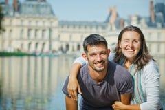 走在枫丹白露的新夫妇 免版税图库摄影
