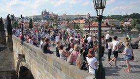 走在查尔斯桥梁布拉格的人们 股票视频