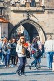 走在查莱桥梁在美好的秋天天期间,布拉格,捷克的游人 免版税库存图片