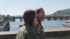 走在桥梁的两名年轻旅行的妇女在布拉格 股票视频