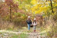 走在森林的两个女孩 免版税图库摄影
