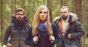 走在森林里和享受一好秋天天的朋友 阵营, 图库摄影