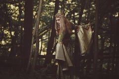走在森林里的小精灵似的夫人 免版税图库摄影