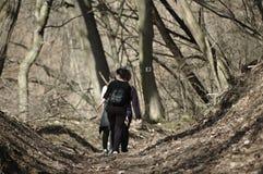走在森林里的少女 免版税库存图片