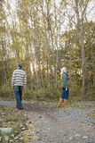 走在森林里的成熟夫妇 免版税图库摄影