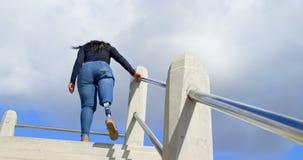 走在楼上在一好日子4k的残疾妇女 影视素材