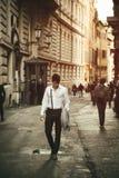 走在欧洲城市街道的英俊的年轻人 免版税库存图片