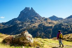 走在比利牛斯山的妇女远足者在Pic Ossau附近 免版税库存图片