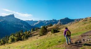 走在比利牛斯山的妇女远足者在Pic Ossau附近 库存照片