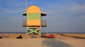 走在比利牛斯orientales的地中海海滩,法国的急救站和人 股票录像