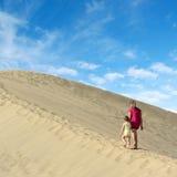 走在沙丘的母亲和女儿 库存图片