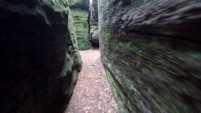 走在沙子岩石走廊的狭窄的道路象在迷宫 影视素材
