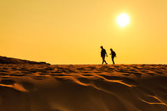 走在沙子沙漠的一个人 免版税库存照片