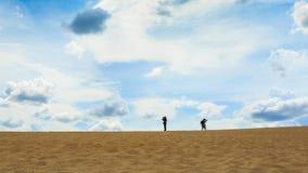 走在沙子沙漠的一个人 免版税库存图片