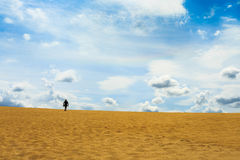 走在沙子沙漠的一个人 免版税图库摄影