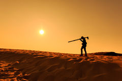走在沙子沙漠的一个人 库存图片