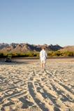 走在沙子的人在沙漠 免版税库存图片