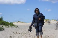 走在沙子的妇女 免版税库存图片