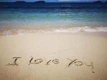 走在沙滩和美好的好日子和我爱你写在沙滩 库存图片