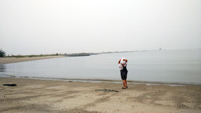 走在沙滩的英俊的时兴的小男孩 免版税库存图片
