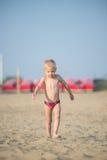 走在沙滩的逗人喜爱的男婴在海附近 海洋海岸 库存照片