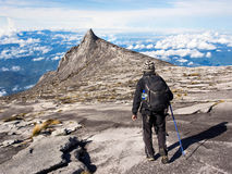 走在沙巴的,马来西亚京那巴鲁山顶部的远足者 免版税库存照片