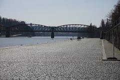 走在河岸和握手的年轻恋人夫妇  库存照片