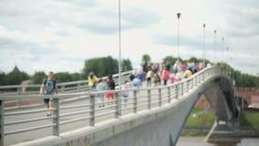 走在河的步行桥的人们 股票视频