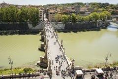 走在沿河台伯河的Sant `安吉洛桥梁的人们在罗马 库存图片
