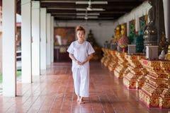 走在泰国的寺庙的佛教尼姑凝思 免版税库存照片