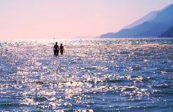 走在浅水区的未认出的浪漫夫妇 图库摄影