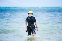 走在浅水区的女性kiteboarder学生 免版税库存图片