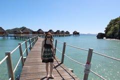 走在海岛度假村的妇女在斐济 免版税库存照片