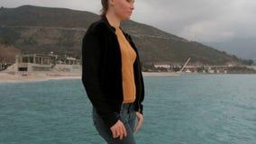 走在海岸山的妇女调查距离 影视素材