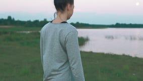 走在海岸的女孩在早晨 慢的行动 概念健康生活方式 影视素材