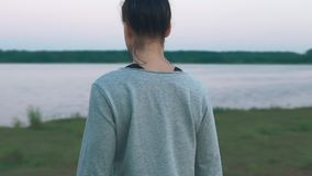走在海岸的女孩在早晨 慢的行动 概念健康生活方式 股票视频