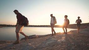 走在海岸的背包徒步旅行者在阳光下 股票录像