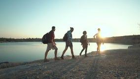 走在海岸的背包徒步旅行者在阳光下 股票视频