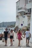 走在海岸附近的游人夫妇 库存照片