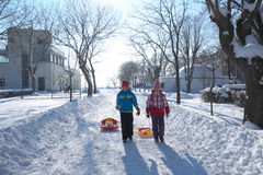 走在海庭院里的两个女孩在冬天 库存图片