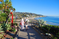 走在海斯勒的资深夫妇停放,拉古纳海滩,加州 免版税库存图片