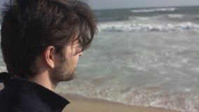 走在海洋海滩的一个被设想的人 股票视频