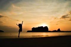 走在海海滩夏天前的日落在泰国 库存图片