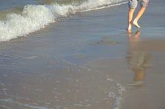 走在海滩在海波浪旁边 库存照片