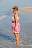 走在海滩的可爱的妇女 免版税库存图片