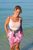 走在海滩的可爱的妇女 库存照片
